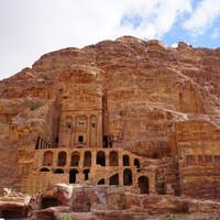 Фасады Петры напротив поражают своими колоссальными размерами и изяществом.