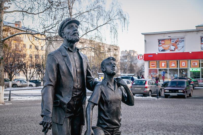 Памятник диктору Левитану во Владимире