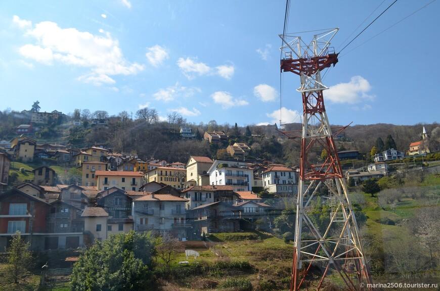 Первое, что бросилось в глаза после преодоления массивной опоры -  черепичные крыши разбросанных у подножия горы домов местных жителей.