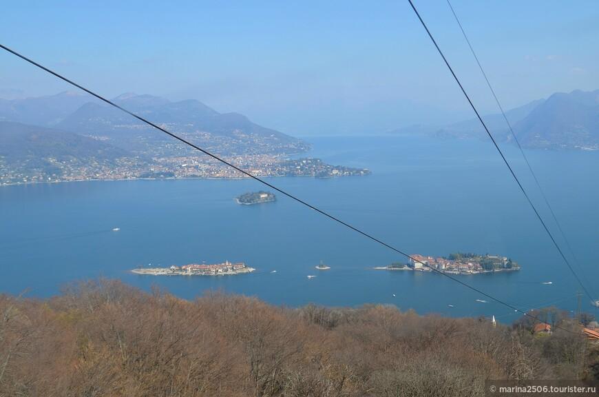 Борромейские острова, с которыми поближе познакомились на следующий день, также предстанут во всей красе. Вот панорама, охватывающая сразу три острова: Красивый остров (Isola Bella), остров Матери (Isola Madre) и остров Рыбаков (Isola Dei Pescatore).