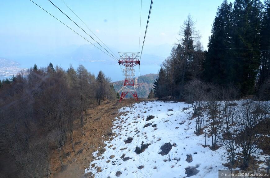 Ещё чуть выше встречаются открытые участки вдоль линии опоры, снег на которых ещё не растаял.