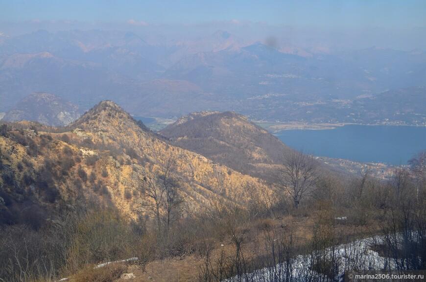 Если присмотреться повнимательнее, за одним из склонов можно обнаружить очертания озера Орта, отделенного от озера Маджоре кажущимся сверху нешироким участком суши.