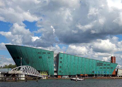 1280px-Amsterdam_vue_Nemo.JPG