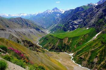 Таджикистан введёт для туристов и паломников налог на выезд из страны