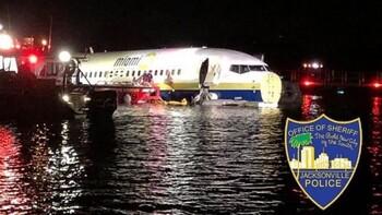 В США пассажирский Boeing 737 скатился в реку
