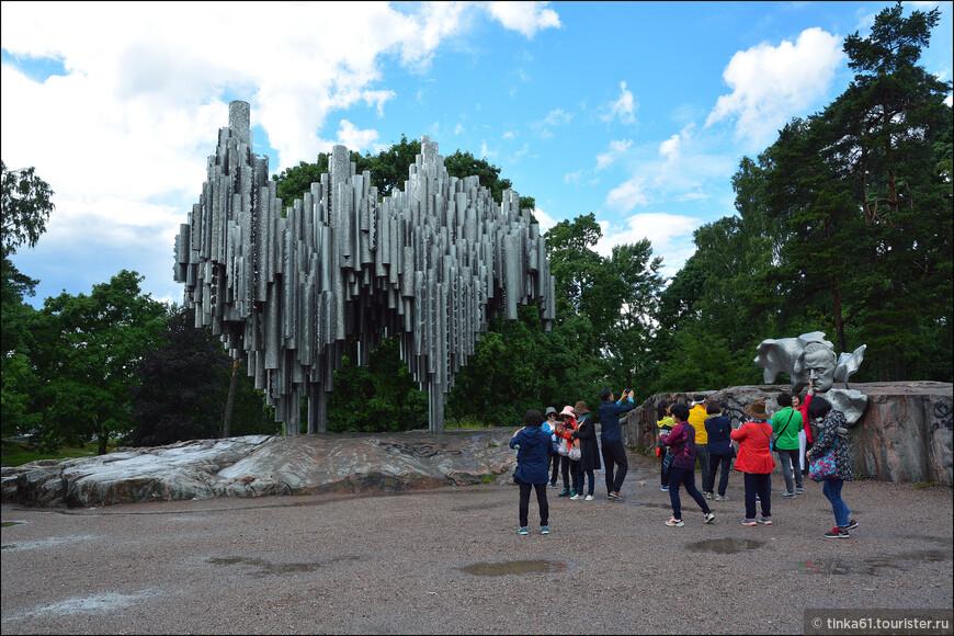 Один из самых известныз памятников Хельсинки  - памятник Сибелиусу. Памятник состоит из 600 сплавленных между собой железных труб, которые скреплены друг с другом на разных уровнях, таким образом, что создается иллюзия движения.