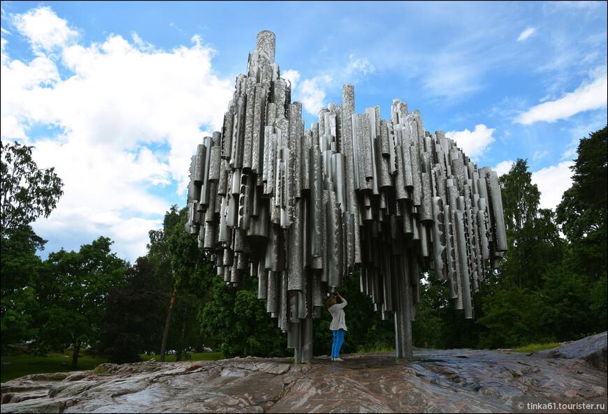 Памятник Сибелиусу находится  в одноименном парке в районе Така-Тёёлё. Монумент был открыт спустя 10 лет после смерти композитора, его автором стала Эйла Хилтунен, она работала над памятником около 7 лет.