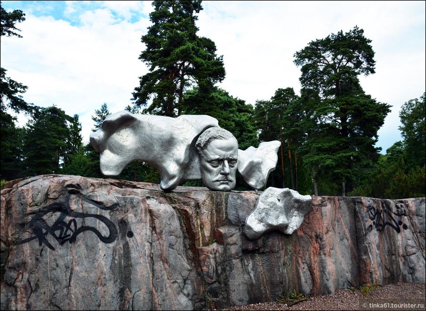 Здесь же можно увидеть и самого композитора, а точнее его огромную голову, отлитую из бронзы. Ян Сибелиус - известный финский композитор, создатель неофициального гимна Финляндии.
