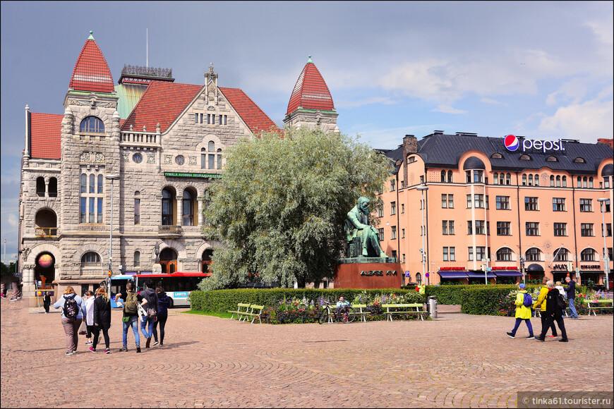 Финский национальный театр Suomen Kansallisteatteri был построен в 1902 году .  Перед зданием театра установлен памятник финскому писателю Aleksis Kivi, основоположнику реалистической литературы на финском языке.