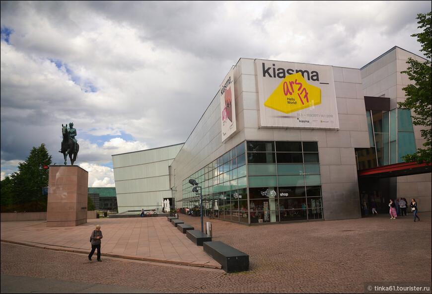 Конный памятник маршалу Маннергейму расположен на проспекте Маннергейма рядом с музеем современного искусства Киасма. Это один из самых известных памятников в Хельсинки и важная достопримечательность города.