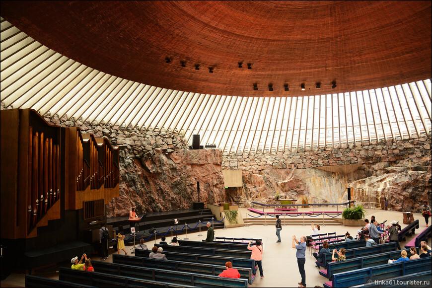 Знаменитая церковь в скале - церковь Темппелиаукио.Оригинальный храм, расположенный в естественной скале, считается одной из самых ярких достопримечательностей Хельсинки.