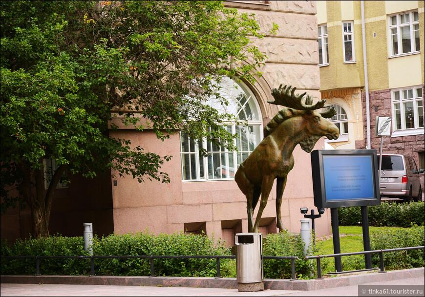 """Скульптура """"Лось"""" - копия известной Выборгской скульптуры, установленной в Хельсинки после советско-финской войны, когда Выборг оказался на территории СССР. В финских городах со скульптурами Лосей связаны традиции празднования весеннего карнавала студентов (Vappu). Такие же скульптуры установлены в городах Лахти и Турку."""