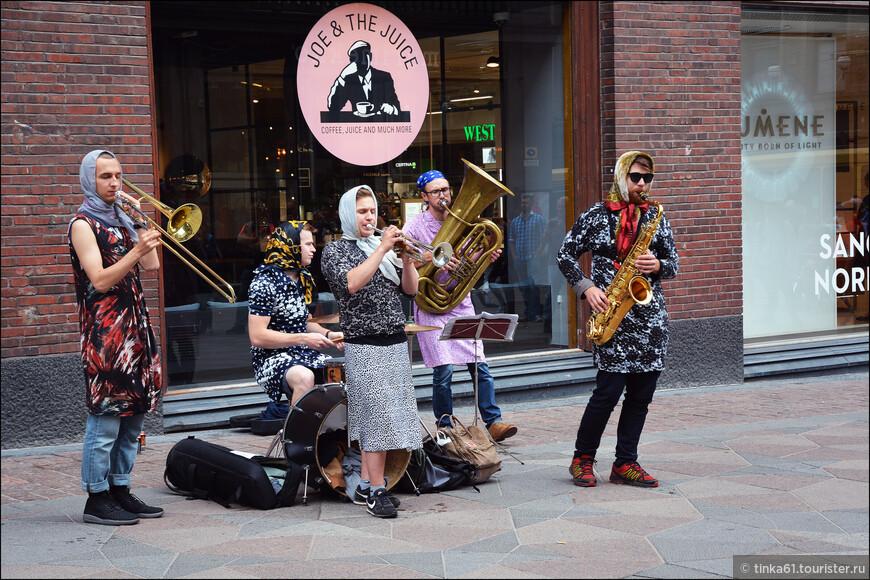 Прикольные  музыканты в центре Хельсинки.