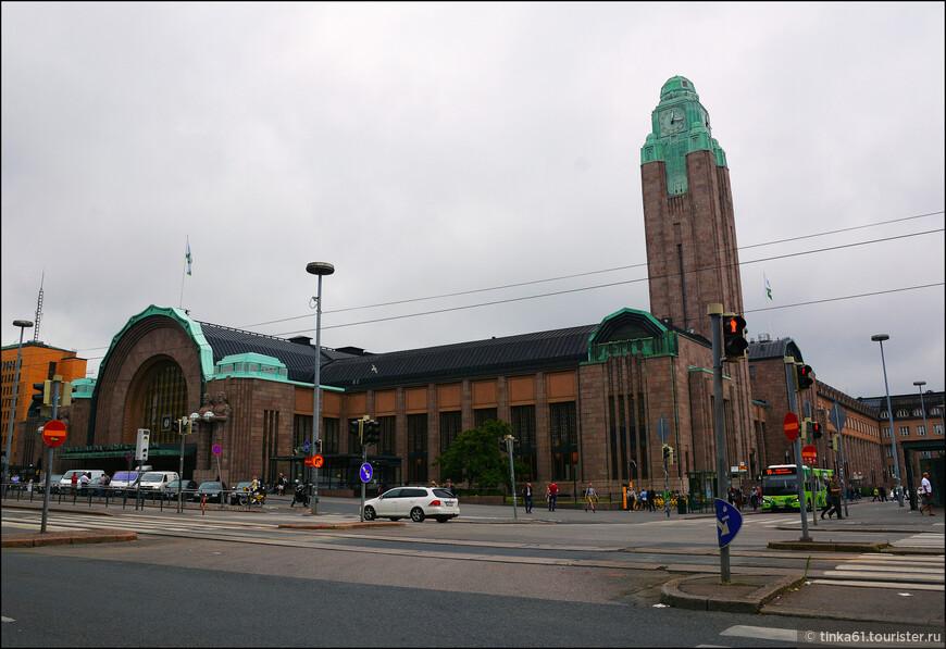 Вокзал считается  памятником архитектуры. С лицевой стороны здания украшают гигантские каменные атланты ростом с само здание.