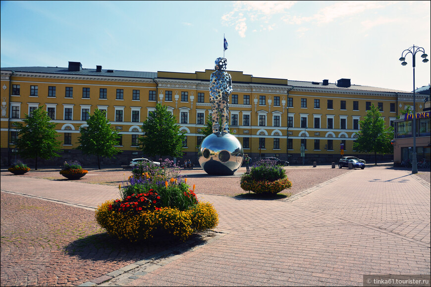 Памятник Зимней войне Lightbringer  на площади Kasarmitori.