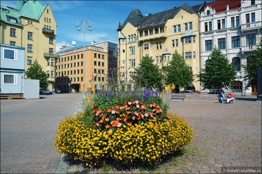 На Казарменной площади, Kasarmintori. Не знаю, как в другое время года, но летом там очень красиво!
