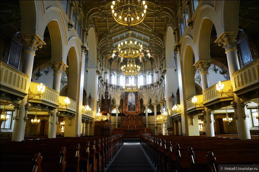 Церковь отличается весьма внушительными размерами – одновременно внутри помещается 2600 человек. Сооружение построено в «эталонном» неоготическом стиле, внутреннее пространство украшено деревянным декором, над которым работали лучшие финские мастера.