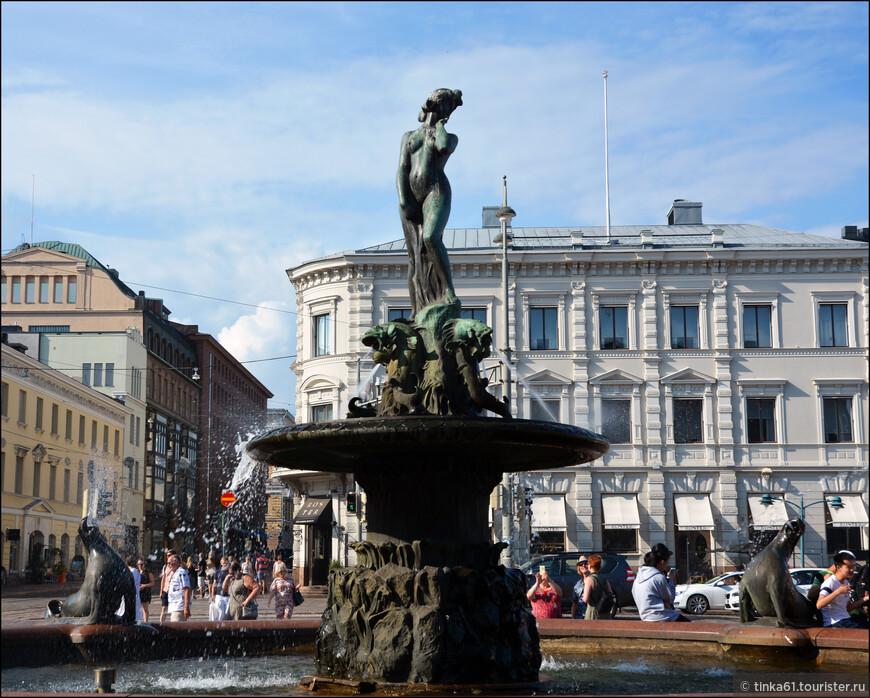 """Фонтан """"Хавис Аманда"""". Скульптура, автором которой является Вилле Валлгрен, изображает морскую деву, вышедшую на землю. Хавис Аманда — это воплощение Хельсинки, ведь столицу Финляндии издавна называют Дочерью Балтики. В 1920 году один студент надел на голову морской деве студенческую фуражку. С тех пор каждый год в ночь на 1 мая, когда финны празднуют Ваппу, на голову Хавис Аманды надевают студенческую фуражку."""