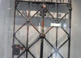 """Оригинальная входные ворота концлагеря  с надписью """"Труд освобождает"""" (1936 г.)"""