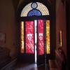 Тоскана, вход в аббатство с витражами 18 века, экскурсии по Тоскане и винно-гастрономические туры с частным индивидуальным гидом на русском языке