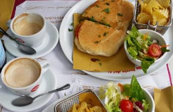 В Риме требуют закрыть кафе, где туристы заплатили 81 евро за два гамбургера