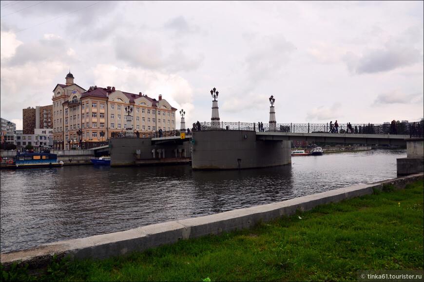 Юбилейный мост через реку Преголя. Это разводной пешеходный мост, построенный к 750-летию Калининграда и соединяющий два района города.