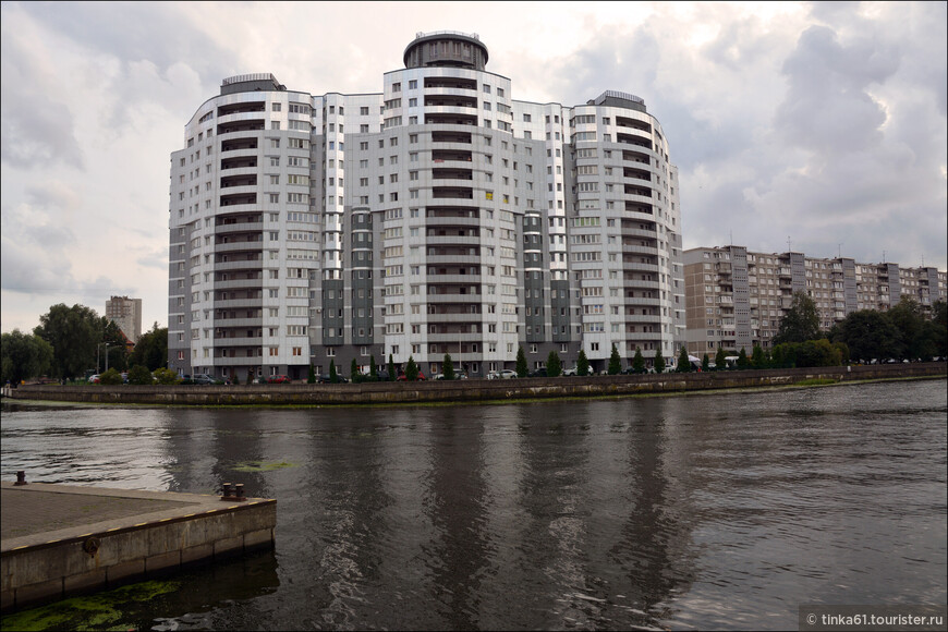 Современные жилые дома на берегу реки Преголя.
