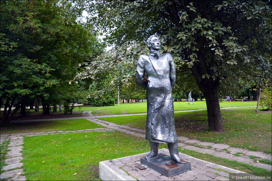 Много скульптур выдающихся деятелей культуры - писателей, композиторов, художников.