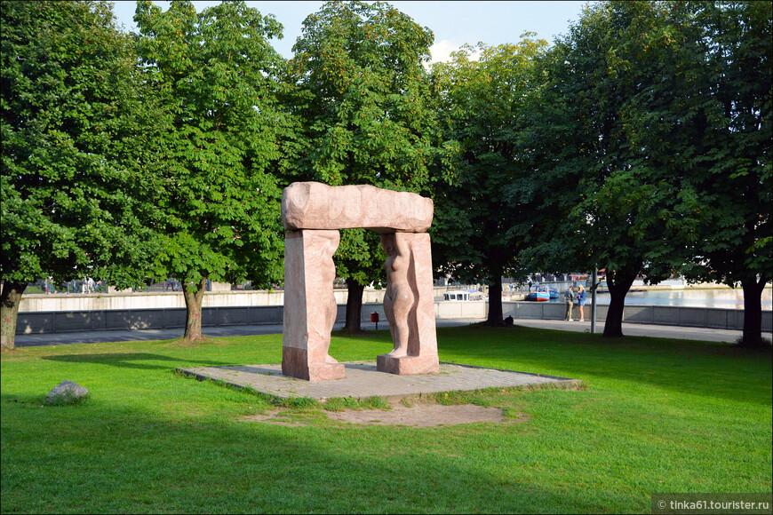 Особую роль играет место, в котором выставлены все культурные объекты. Сам по себе парк является масштабным дендрарием, где вся площадь заполнена редкими растениями.