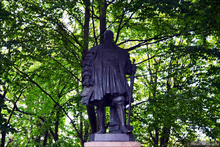 Бронзовый памятник герцогу Альбрехту, основателю Кёнигсбергского университета «Альбертина».