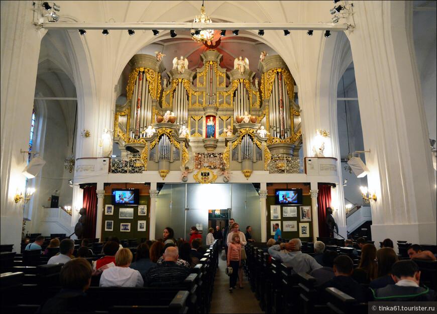 Внутри  собора проводятся органные концерты, мне повезло, в тот вечер давали Времена года Вивальди.
