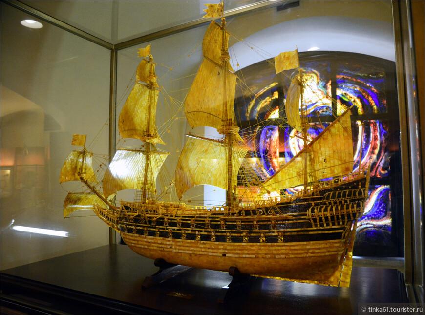 Экспозиция представляет собой коллекцию изделий из янтаря и самого минерала в его различных формах и цветах. Некоторые предметы являются настоящими шедеврами. Особый интерес вызывают уникальные экспонаты прошлых столетий.  Парусник.