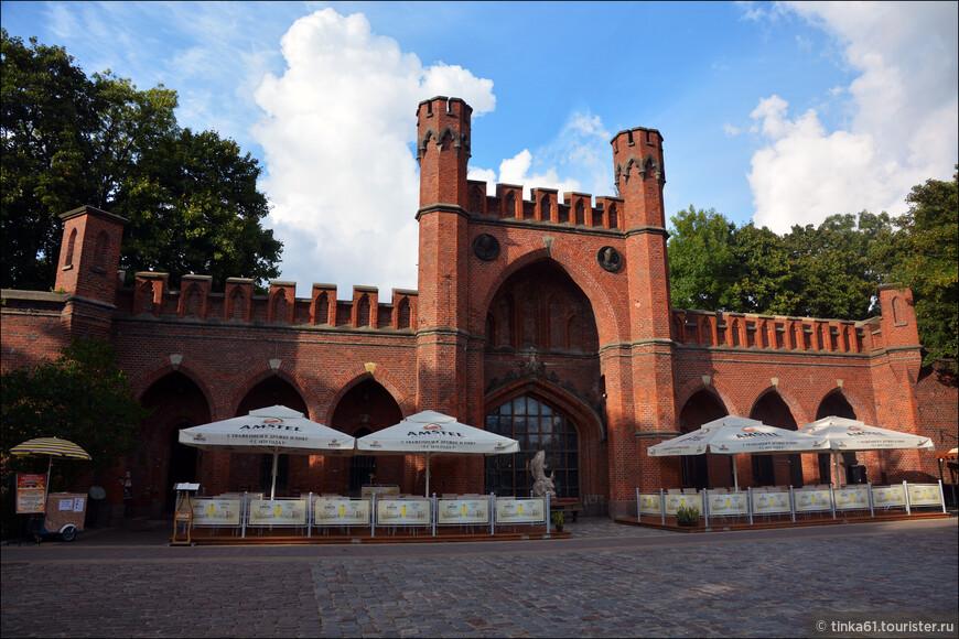 Росгартенские ворота в нынешнем виде появились Кёнигсберге в XIX веке.  Считается, что именно через них проезжал легендарный барон Мюнхгаузен, когда возвращался из России в Германию. Ворота возведены из красного кирпича в стиле псевдоготики.