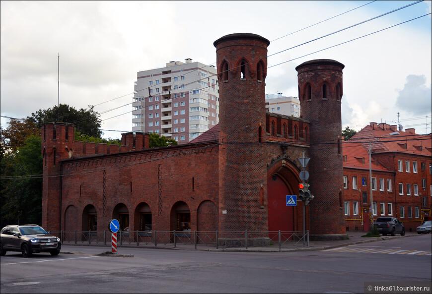 Закхаймские ворота.Раньше сооружение выполняло оборонительную и контрольно-пропускную функции. После окончания ВОВ и до 2006 года оно использовалось в качестве складского помещения. С 2013 года тут размещается арт-платформа «Ворота».