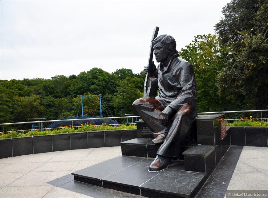 Памятник Владимиру Высоцкому, ради которого я собственно и отправилась в этот парк. По-моему, памятник из разряда удачных.