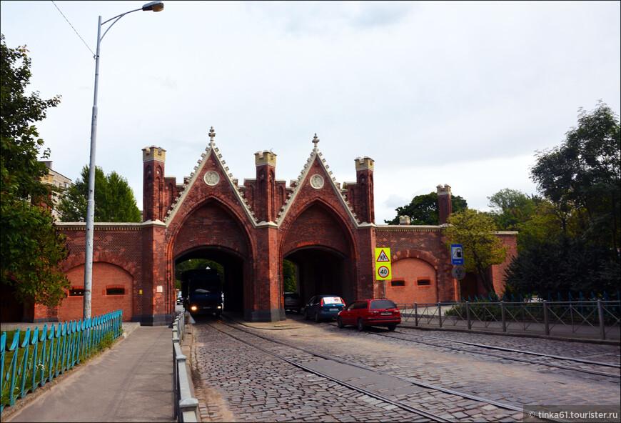 Бранденбургские ворота. Еще одни городские ворота крепости, стоящие на границе исторического района Хаберберг. Они до сих пор выполняют свои прямые функции. Появление сооружения относится к середине XVII века, однако в то время здесь стояла деревянная конструкция. Каменные ворота появились только спустя столетие. В 1843 году их реконструировали, а точнее сказать – построили заново. В таком виде они и дошли до наших дней.
