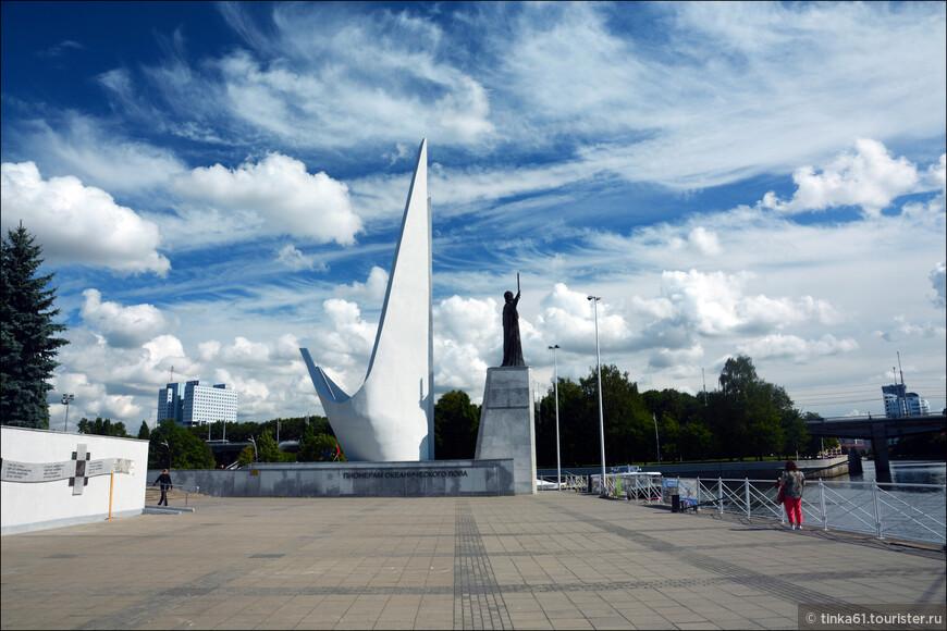 Памяник Пионерам покорения Атлантики на набережной Петра Великого.