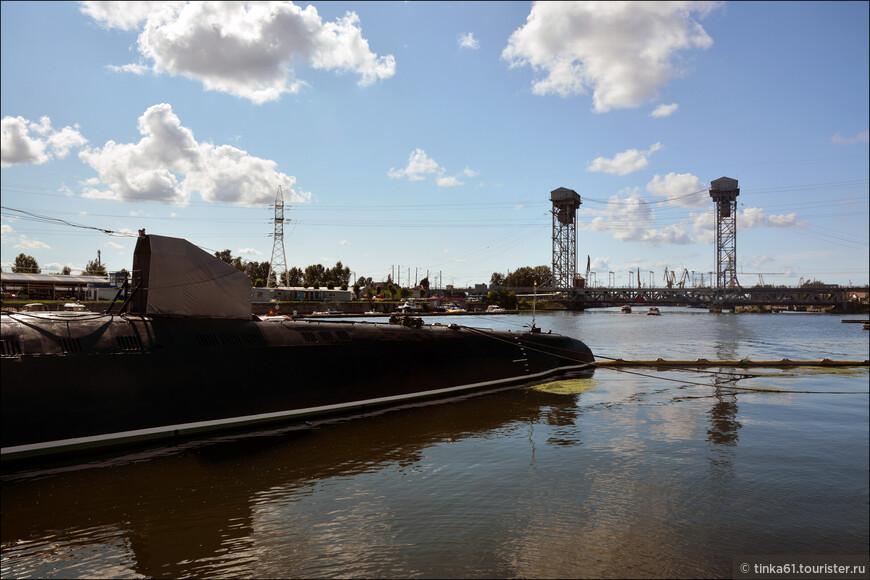 Здесь можно увидеть даже настоящую подводную лодку и полазить по ней.