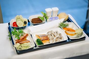AZUR air отменяет питание на коротких рейсах