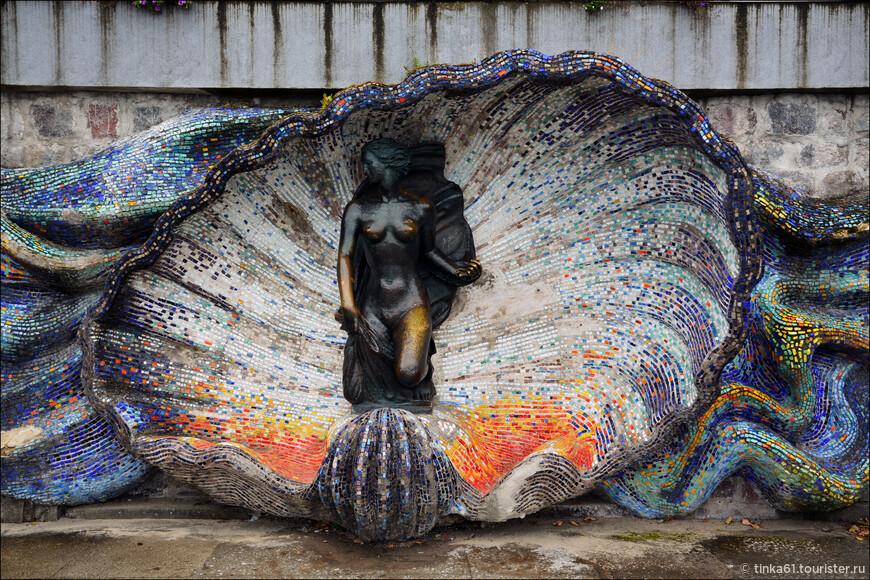 """Скульптура""""Нимфа"""" работы немецкого скульптора Германа Брахерта с 1938 года украшает спуск к морю в Светлогорске.Раньше она стояла в специальной нише ,а сейчас в специальной раковине из смальты."""