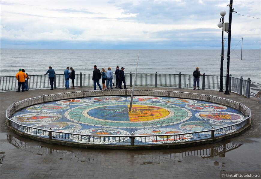 Солнечные часы были построены в Светлогорске в 1974 году. Их автор - известнейший местный скульптор и художник Николай Фролов. Диаметр часов составляет 10 метров, а их циферблат богато украшен мозаикой из смальты - стилизованные рисунки изображают двенадцать зодиакальных созвездий.