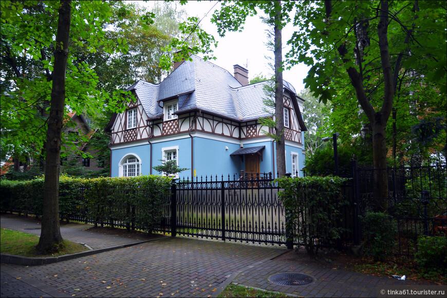 А там наверху - сплошное очарование! Прелестные особняки в немецком стиле стоят прямо в лесу!