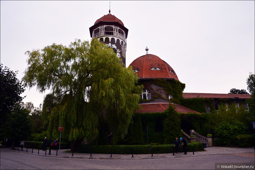 Здание водолечебницы с башней, архитектурная визитная карточка города.Сама лечебница была построена в 1908 году и представляла собой по тем временам самый современный бальнеологический курорт,в настоящее время входит в состав Центрального Военного Санатория.