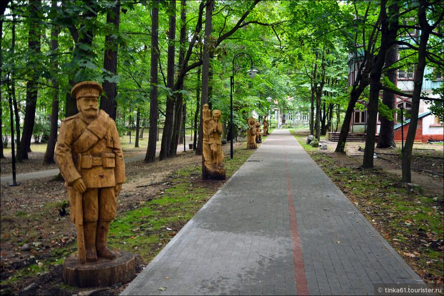 Это восемь деревянных скульптур, которые достались городу в дар от участников VI фестиваля резчиков по дереву.