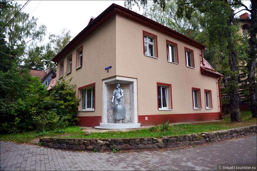 Интересный дом с нишей на улице Гагарина, где установлена скульптура рыбака.