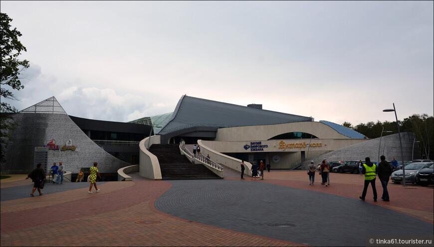 Театр Эстрады - Янтарь-Холл. Появился здесь в 2015 году, совсем свеженькая достопримечательность города!