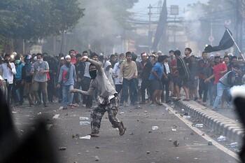 Туристов в Индонезии призвали избегать мест массового скопления людей