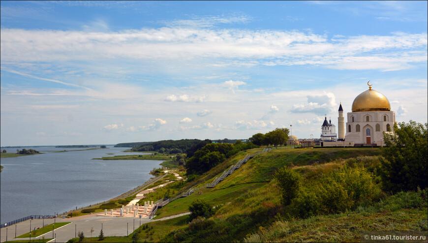 Городище стоит на высоком берегу Волги, у слияния её с Камой.