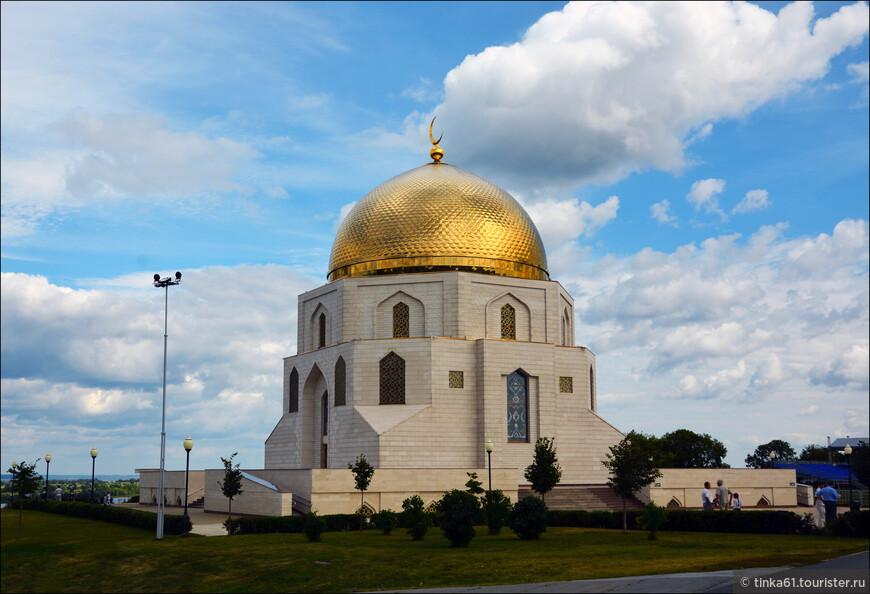 Достопримечательность представляет собой огромное восьмигранное здание, укрытое круглым медным куполом, который сверху украшает мусульманский полумесяц. Здание напоминает мечеть и выполнено в стиле и по всем канонам древнебулгарской архитектуры. Смотрится очень эффектно!
