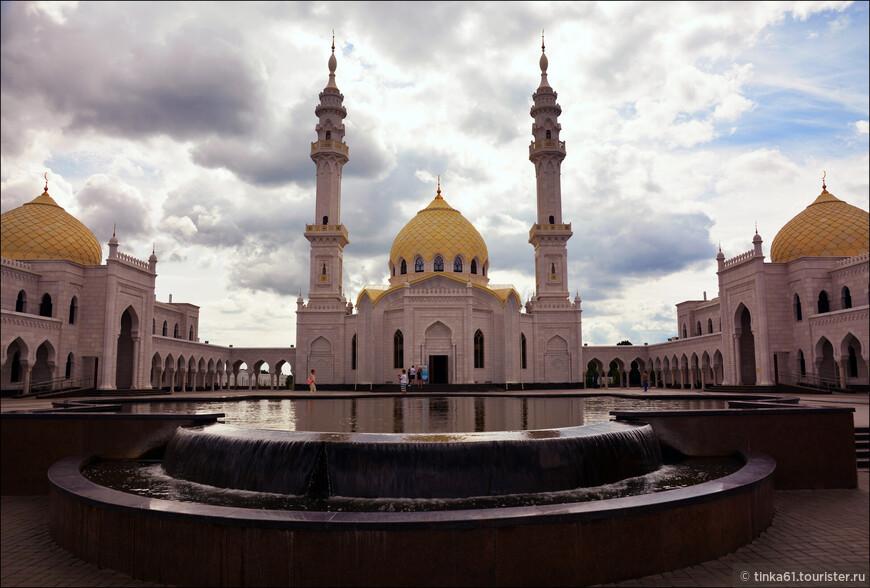 Белая мечеть – крупнейшая мечеть юго-западной части Татарстана. Официальное открытие состоялось 10 июня 2012 года. В тот день «Ак-Мэчет» стала соборной мечетью города Болгар.